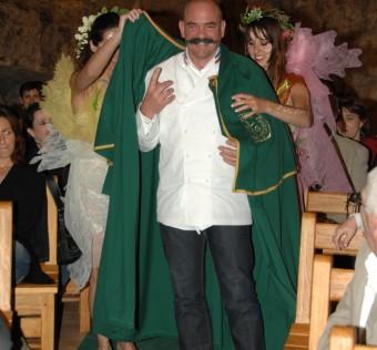Bernard revêt la tenue de cérémonie traditionnelle