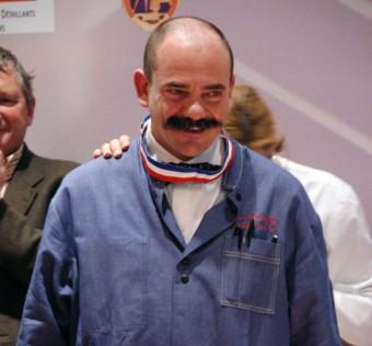 Bernard Mure-Ravaud reçoit son col bleu-blanc-rouge