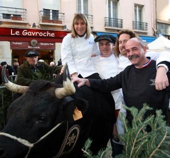 Laëticia Gaborit (MOF 2007), Dominique Bouchait (MOF 2011), Xavier Thuret (MOF 2007) et Bernard Mure-Ravaud (MOF 2007) accompagnés de Madonne vache d'Hérens championne !