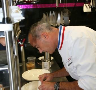 Côté entrée ce sont Pascal Grière MOF, Chef de la présidence du Sénat orchestre le cours de cuisine