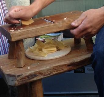 Découpé au rabot, l'Etivaz vieux (ici 3 ans !) se déguste en très fines rebibes (ou copeaux) qui fondent dans la bouche